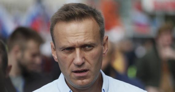 Nagły zwrot w sprawie Aleksieja Nawalnego. Lekarze szpitala w Omsku, w którym hospitalizowany jest opozycjonista, pozwolili na jego przetransportowanie za granicę - poinformował zastępca lekarza naczelnego tej placówki Anatolij Kaliniczenko. Te słowa padły zaledwie kilkadziesiąt minut po tym, jak lekarz naczelny szpitala poinformował, że Nawalny pozostanie na miejscu aż do czasu, gdy jego stan się trwale ustabilizuje. Opozycjonista trafił do placówki wczoraj. Jest w śpiączce. Jego współpracownicy mówią, że został otruty. Na leczenie Nawalnego za granicą nalega jego rodzina.