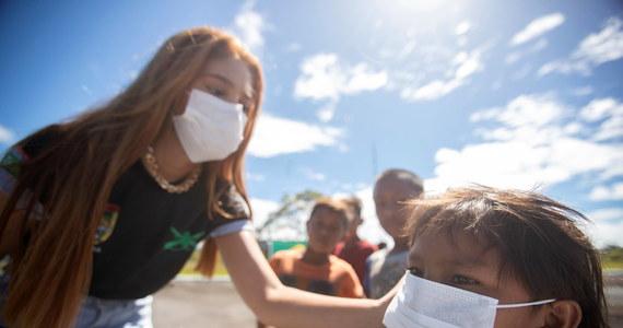 Koronawirus dziesiątkuje rdzennych mieszkańców Amazonii. Tymczasem prezydent Brazylii Jair Bolsonaro nakazał wyrzucić stamtąd ekipy medyczne organizacji Lekarze bez Granic (MSF), które niosły pomoc mieszkańcom tego regionu.