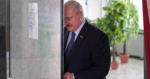 """Są tacy, którzy chcą odciąć kawałek tej ziemi, zwłaszcza zachodniej – oświadczył w sobotę podczas mitingu w Grodnie prezydent Białorusi Alaksandr Łukaszenka. Jego zdaniem """"niektórzy przypomnieli sobie nawet o Kresach Wschodnich""""."""