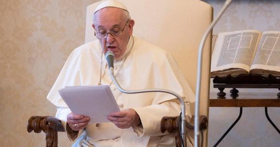"""Papież Franciszek zaapelował w sobotę o zaprzestanie używania religii w celu wywoływania przemocy, ekstremizmu i """"ślepego fanatyzmu"""". Apel papieża zamieszczono na jego profilu na Twitterze."""