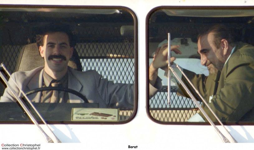 Pewien użytkownik TikToka, przemierzając ulice kalifornijskiego miasta Long Island, uchwycił filmowanie sceny, w której aktor Sacha Baron Cohen, przebrany za Borata, jedzie swoim samochodem. Czyżby oznaczało to, że doczekamy się drugiej części kultowej komedii o niesfornym dziennikarzu z Kazachstanu?