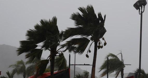 Huragan Marco i tropikalny sztorm Laura przechodziły w niedzielę nad Karaibami i Zatoką Meksykańską zmuszając tysiące mieszkańców rejonów przybrzeżnych do ucieczki. Marco ma zaatakować wybrzeża amerykańskiego stanu Luizjana w poniedziałek.