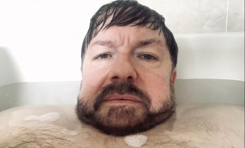 """Ricky Gervais, autor i bohater lubianego serialu """"After Life"""" pisze także książki. A raczej kradnie pomysły na nie - jak twierdzi biolog, który wytoczył aktorowi proces o prawa autorskie. Ale że na ów proces go nie stać, ogłosił zbiórkę pieniędzy na stronie społecznościowej."""