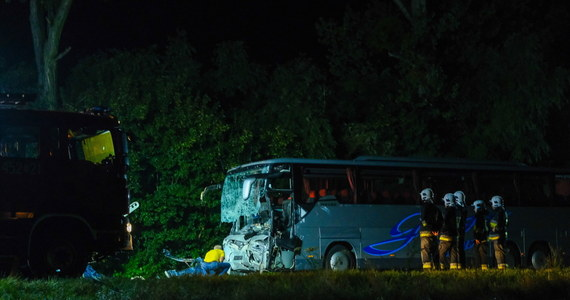 """""""Za miesiąc mieli się pobrać. Młodzi chcieli uzbierać trochę własnych pieniędzy"""" - tak o narzeczonych, którzy zginęli w tragicznym wypadku w Gliwicach, mówi w rozmowie z """"Faktem"""" ich znajomy. W sumie w wypadku zginęło 9 osób. Wszystkie jechały busem."""