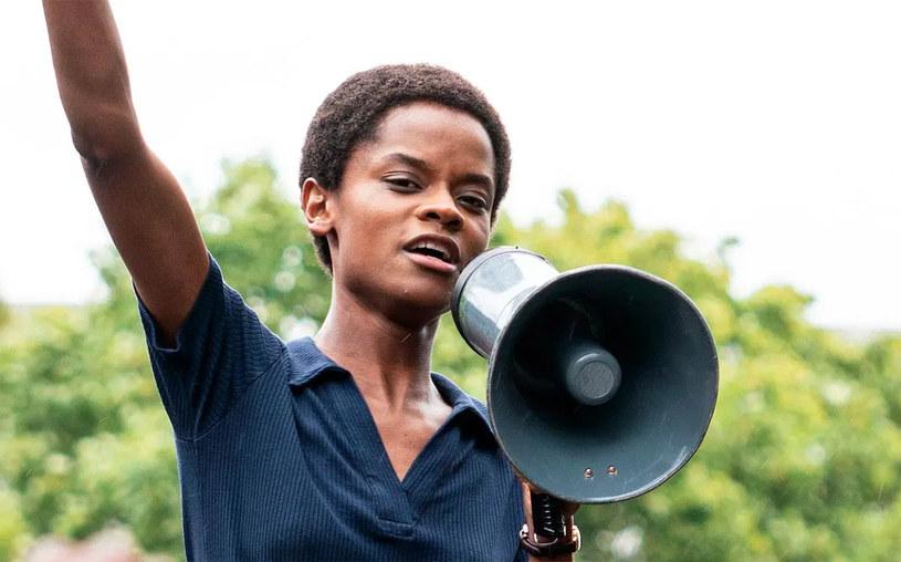 """Nie jest tajemnicą, że gwiazda filmu """"Czarna Pantera"""" Letitia Wright sceptycznie odnosi się do szczepień przeciwko COVID-19. Jedna z afer dotyczących aktorki skończyła się zamknięciem jej oficjalnego konta na Twitterze. Niedawno pojawiły się głosy, że aktorka szerzy swoje teorie antyszczepionkowe także na planie powstającego właśnie filmu """"Black Panther: Wakanda Forever"""". Wright kategorycznie zaprzecza, że coś takiego miało miejsce."""