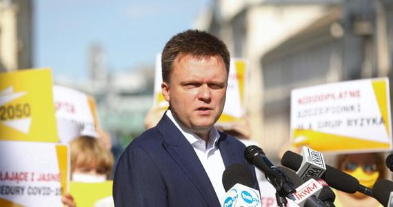 Apelujemy do rządu o zakup kilkunastu milionów szczepionek przeciwko grypie sezonowej i podjęcie masowego wyszczepiania, zwłaszcza grup ryzyka opisywanych w procedurach związanych z koronawirusem - powiedział lider ruchu Polska 2050, niedawny kandydat w wyborach prezydenckich Szymon Hołownia.