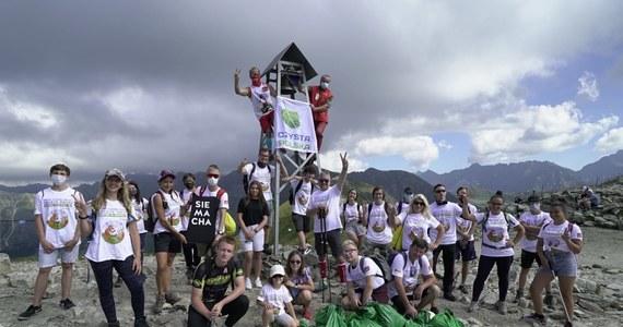 """Już po raz dziewiąty, wolontariusze posprzątali szlaki naszych najwyższych gór w ramach akcji """"Czyste Tatry"""". Choć ze szlaków znieśli mniej odpadów niż przed rokiem, pokazali, że polskie społeczeństwo wciąż ma do odrobienia ważną lekcję z elementarnych zasad ochrony środowiska. """"Śmiecenie w przyrodzie to po prostu obciach. Każdy kto zostawia odpady po swojej wycieczce w góry, czy do lasu, powinien się po prostu wstydzić"""" – podkreślił Rafał Sonik, prezes Stowarzyszenia Czysta Polska i organizator wydarzenia."""