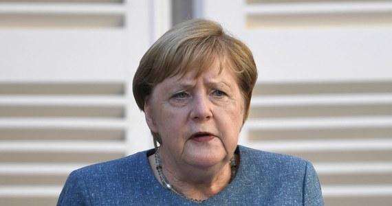 Kanclerz Niemiec Angela Merkel wraz z szefem niemieckiej dyplomacji Heiko Maasem wezwali w poniedziałek Rosję do wyjaśnienia podejrzanego zatrucia rosyjskiego opozycjonisty Aleksieja Nawalnego i pociągnięcia sprawców do odpowiedzialności.