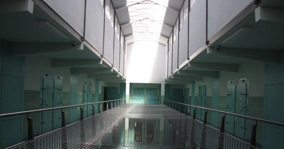 Śmierć funkcjonariusza Służby Więziennej, który postrzelił się na terenie Zakładu Karnego w Rzeszowie, nastąpiła na skutek postrzału. Takie są wstępne ustalenia po sekcji zwłok. Mężczyzna miał jedną ranę wlotową i jedną wylotową na skroni.