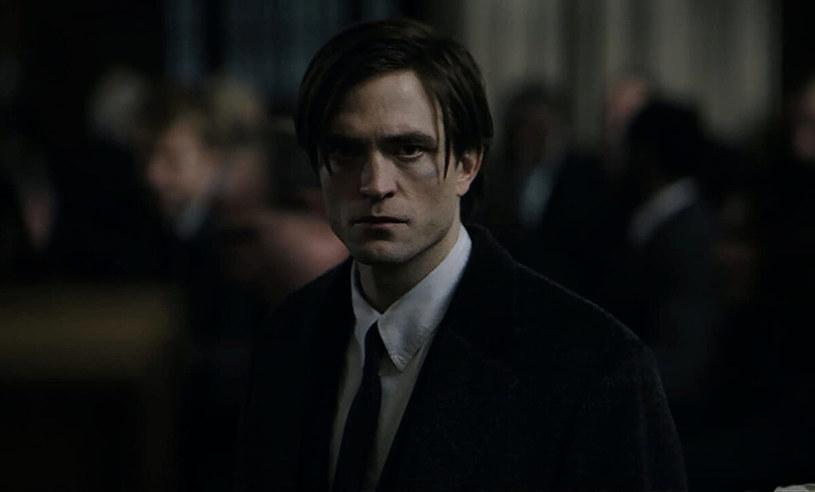 """Nowo powstała platforma streamingowa HBO Max szykuje serial osadzony w uniwersum Batmana. Jak poinformowano w trakcie DC FanDome, podczas którego ujawniono wiele ciekawostek z komiksowego świata wydawnictwa DC Comics, serial będzie prequelem powstającego właśnie filmu """"Batman"""" Matta Reevesa. Jego akcja dziać się będzie na rok przed wydarzeniami z filmu, w którym w główną rolę Człowieka-Nietoperza wcieli się Robert Pattinson. Serial opowie o skorumpowanych policjantach z Gotham City."""