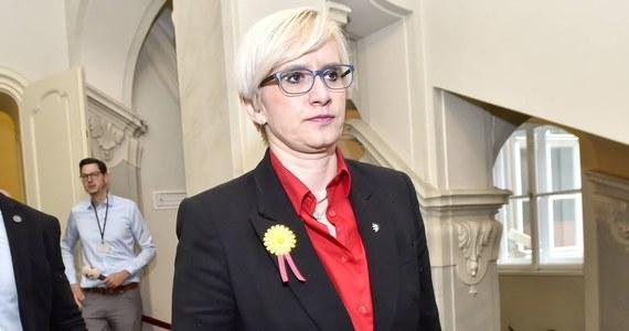 W klubie parlamentarnym partii ANO premiera Czech Andreja Babisza doszło do zakażenia koronawirusem - podali przedstawiciele klubu, potwierdzając doniesienia mediów. Prasa podała, że SARS-CoV-2 wykryto u posłanki, byłej minister obrony Karli Szlechtovej.