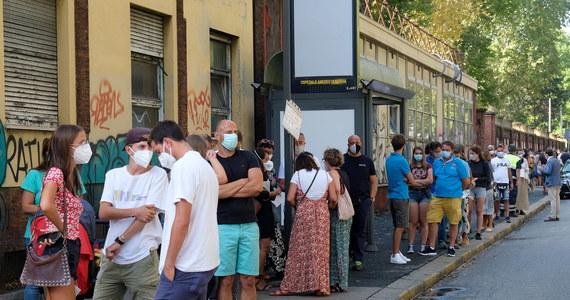 W gigantycznych kolejkach stoją w samochodach mieszkańcy Rzymu w dotkliwym upale do punktów typu drive-in, by wykonać test na obecność koronawirusa. Badaniu poddają się osoby, które wróciły z wakacji w Hiszpanii, Grecji, Chorwacji i na Malcie oraz na Sardynii.