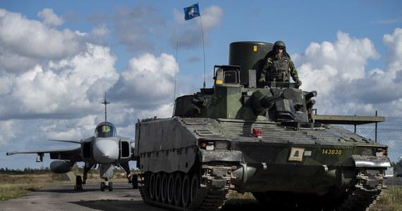 Na wyspie Gotlandia i na okalających ją wodach Bałtyku odbywają się ćwiczenia szwedzkiej armii, mające na celu demonstrację jej siły. Jest to odpowiedź na manewry rosyjskiej marynarki wojennej oraz sytuację na Białorusi.