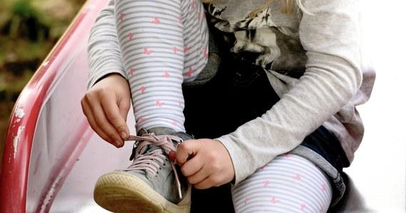 Są nowe, złagodzone zalecenia Głównego Inspektoratu Sanitarnego dotyczące przedszkoli, żłobków i innych punktów opieki. Najważniejsza zmiana to zmniejszenie minimalnej przestrzeni przypadającej na jedno dziecko do półtora metra. Wcześniejsze regulacje, jak alarmowały samorządy, mogły doprowadzić do tego, że na przykład w Warszawie do przedszkoli trafiłby tylko co czwarty maluch.