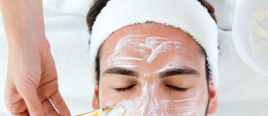 Wizyty w gabinetach kosmetologicznych są stałym elementem rutyny pielęgnacyjnej dbających o siebie kobiet. Jednak już od kilku lat z profesjonalnych zabiegów coraz częściej korzystają też mężczyźni! O najnowszych trendach pielęgnacyjnych wśród panów opowiada kosmetolog Karolina Martin.