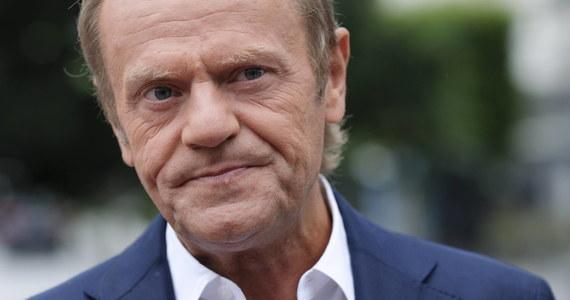 """Jedną z przewag PiS nad opozycją jest ich solidarność z własną przeszłością. Opozycja musi odzyskać pewność siebie, przestać się bać własnych cieni - mówi w wywiadzie dla tygodnika """"Polityka"""" były premier i były przewodniczący Rady Europejskiej, przewodniczący Europejskiej Partii Ludowej Donald Tusk."""