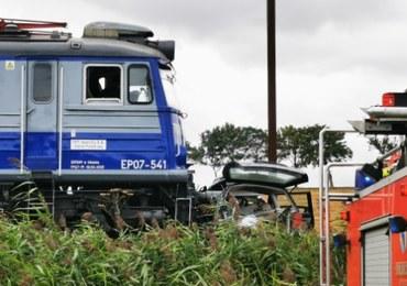 Samochód zderzył się z pociągiem. Kierowca zginął na miejscu