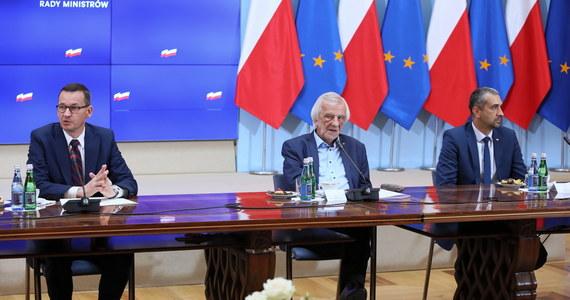 Rząd przyjął uchwałę zobowiązującą szefa KPRM Michała Dworczyka do uzgodnienia z właściwymi ministrami rozwiązań dotyczących zmniejszenia zatrudnienia w kancelarii premiera oraz w urzędach obsługujących członków Rady Ministrów - wynika z informacji przekazanej przez CIR.