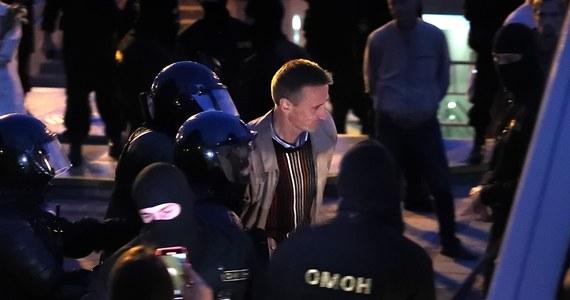 O rozpędzeniu przez siły specjalne milicji OMON w środę wieczorem w Mińsku demonstracji na Placu Niepodległości poinformowały niezależne media i świadkowie. Według portalu TUT.by OMON-owcy zablokowali wejścia do kościoła św. Szymona i Heleny, w którym znajdują się uczestnicy demonstracji.