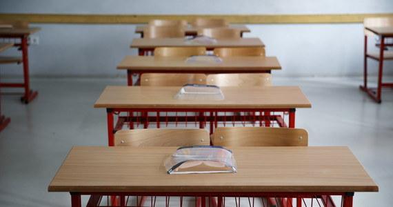 """W Zakopanem dzieci pójdą do szkoły dopiero 28 września - postanowiły władze miasta. Ma to umożliwić im """"powakacyjną kwarantannę domową"""" po zakończeniu sezonu turystycznego. Do tego czasu będą uczyły się zdalnie. Wszystkie zakopiańskie podstawówki poza maseczkami i płynami do dezynfekcji mają być zaopatrzone w mobilne przepływowe filtry z lampą UV-C do filtrowania powietrza oraz bramki mierzące temperaturę osobom, które będą wchodzić na teren budynku."""