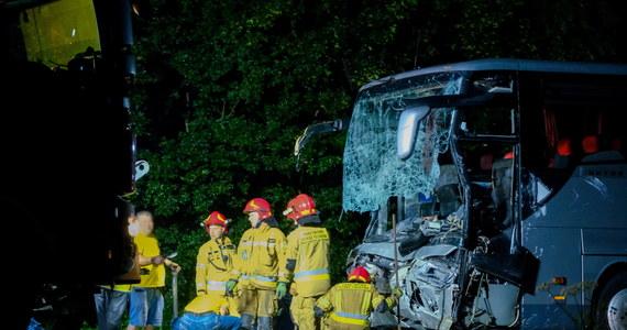 Policjanci z Gliwic apelują o kontakt do kierowców, którzy byli świadkami tragicznego wypadku na DK88. 22 sierpnia ok. 22.30 w pobliżu autostradowego węzła Kleszczów w zderzeniu autokaru z busem zginęło 9 osób, a 7 zostało rannych.