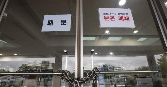 W Korei Płd. odnotowano w czwartek ponad 400 nowych zakażeń koronawirusem, w tym 154 w Seulu - najwięcej od początku pandemii. Po wykryciu infekcji u jednego z fotoreporterów zamknięto parlament, a grupa posłów przechodzi kwarantannę