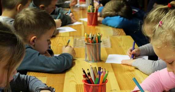 Mniejszy limit przestrzeni - kłopot z dziećmi. Samorządy alarmują, że nowe, złagodzone zalecenia GIS dotyczących przedszkoli, żłobków i punktów opieki oznaczają kłopoty i konieczność wykreślania dzieci z listy przyjętych. Limit przestrzeni na jedno dziecko ma wynosić minimum 1,5 metra kwadratowego, a nie jak dotąd 2,5.