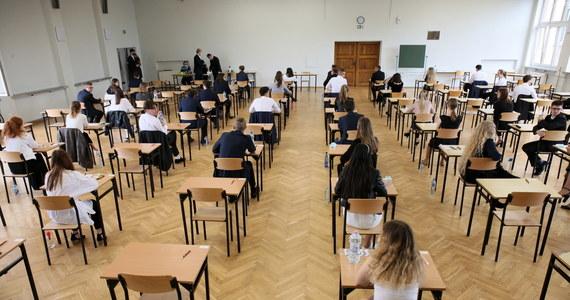 """Pula pytań jawnych i dwie wypowiedzi ustne na egzaminie ustnym z języka polskiego, nowa struktura egzaminu pisemnego z tego języka i obowiązek zdania przedmiotu na poziomie rozszerzonym. To najważniejsze zmiany w nowej maturze, którą będą zdawać po raz pierwszy abiturienci podchodzący do egzaminu w roku 2023. """"Zmiany wynikają ze zmienionej podstawy programowej i doświadczeń CKE z obecnego egzaminu maturalnego"""" - mówi RMF FM szef Centralnej Komisji Egzaminacyjnej dr Marcin Smolik."""