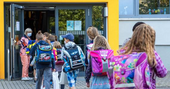 """Nie ma zgody na to, aby w Zakopanem szkoły zostały zamknięte przed uczniami oraz żeby wprowadzono nauczanie zdalne. Poinformowałam o tym rano panią wiceburmistrz, że mojej zgody nie ma - mówi Onetowi Barbara Nowak, małopolska kurator oświaty. To stanowisko poparł później szef MEN Dariusz Piontkowski. Władze Zakopanego ogłosiły, że do 28 września zajęcia w szkołach będą odbywały się w formie zdalnej. Ma to umożliwić im """"powakacyjną kwarantannę domową"""" po zakończeniu sezonu turystycznego."""