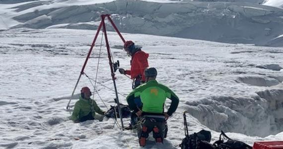 Mieszkająca w Niemczech Rosjanka wpadła do lodowcowej szczeliny w szwajcarskich Alpach Walijskich. Została po blisko dwóch dobach wydobyta żywa, co służby ratownicze uznały za ewenement - poinformowała w czwartek agencja dpa.