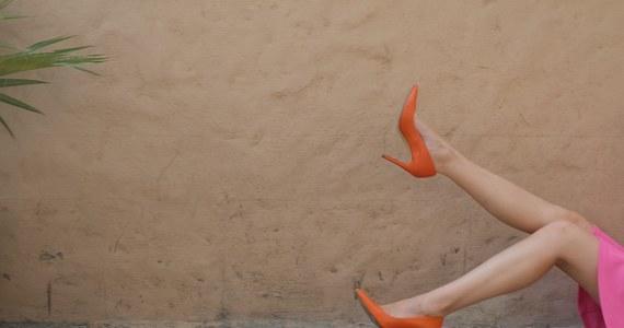 Zanim na dobre zamienimy sandały na botki i kozaki, nacieszmy się sezonem na modne czółenka! Jakie wybrać i z czym je nosić? Odkryj najpiękniejsze, kobiece stylizacje z czółenkami na jesień!