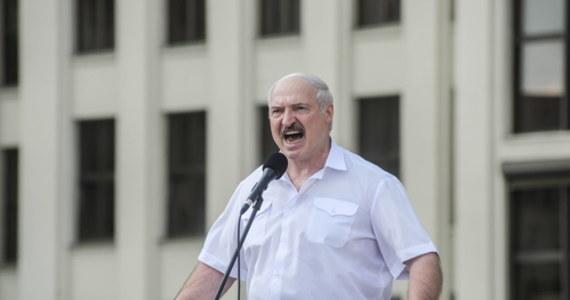Przeciwko Białorusi toczy się dyplomatyczna wojna na najwyższym szczeblu - powiedział w czwartek prezydent Alaksandr Łukaszenka. Według niego w Polsce pojawiły się oświadczenia o tym, że jeśli Białoruś się rozpadnie, to Polsce przypadnie obwód grodzieński.