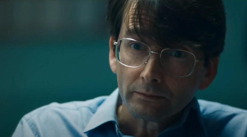 """Jeden z najpopularniejszych brytyjskich aktorów, gwiazda takich seriali jak """"Doktor Who"""", """"Broadchurch"""" czy """"Jessica Jones"""", David Tennant, wcieli się w rolę seryjnego mordercy Dennisa Nilsena. Trzyodcinkowy serial zatytułowany """"Des"""" pojawi się na antenie stacji ITV już we wrześniu. Właśnie opublikowany został jego pierwszy zwiastun."""