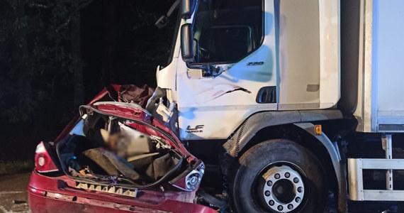 Trzech mężczyzn zginęło w wypadku, do którego doszło w nocy w miejscowości Sarnia Góra w powiecie działdowskim w woj. warmińsko-mazurskim. Auto osobowe zderzyło się tam z ciężarówką.