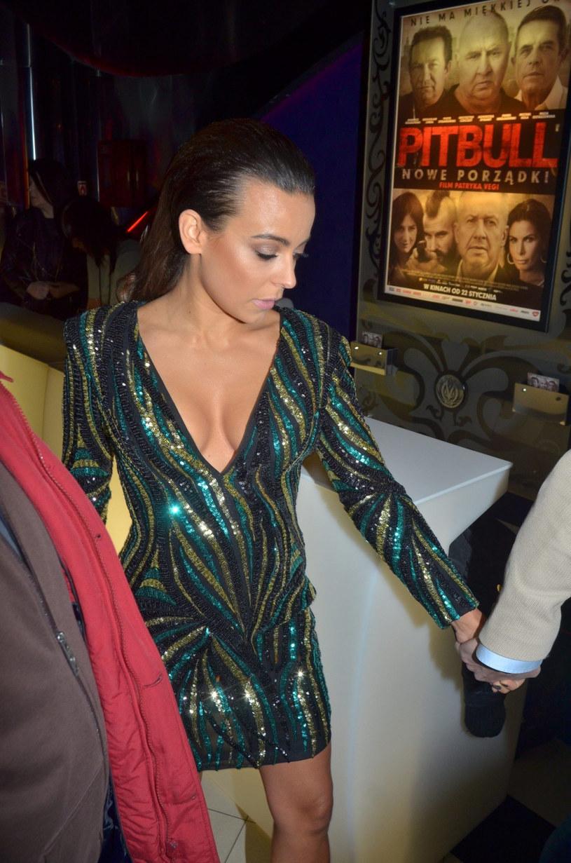 """""""To było żenujące"""" - tak Anna Mucha oceniła po latach erotyczną scenę z Piotrem Stramowskim w filmie Patryka Vegi """"Pitbull. Nowe porządki""""."""