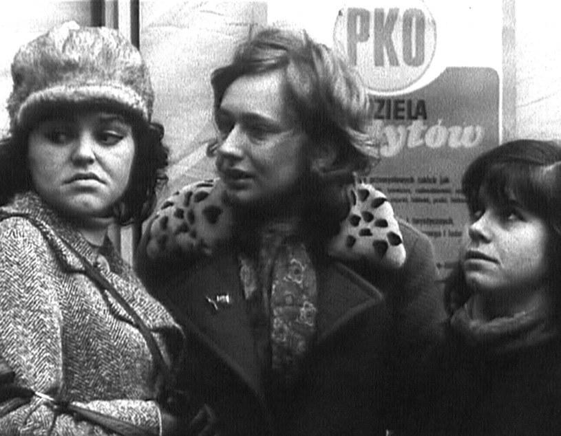 """Gwiazdy filmu """"Dziewczyny do wzięcia"""" - Regina Regulska i Ewa Pielach - nie miały nic wspólnego z aktorstwem. Pierwsza pracowała w Spółdzielni Ogrodniczej w Piasecznie, druga była zaopatrzeniowcem biurowym w Polmozbycie. Mimo to mówiono o nich """"filmowe zwierzęta""""."""