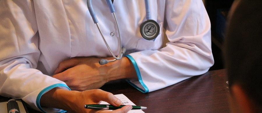 """Półtora roku temu polscy chorzy na rdzeniowy zanik mięśni otrzymali szansę na lepsze i dłuższe życie wraz z wprowadzeniem programu lekowego """"Leczenie rdzeniowego zaniku mięśni"""". Program obejmuje prowadzenie nowoczesnego leczenia farmakologicznego przy użyciu nusinersenu (substancja czynna leku)."""