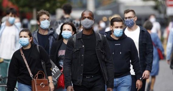 Francuskie ministerstwo zdrowia podało, że w ciągu ostatnich 24 godzin w kraju zdiagnozowano 7379 przypadków koronawirusa. Dotychczas tylko raz, 30 marca, dobowy wzrost liczby zakażeń był wyższy; wyniósł wówczas 7578. Na Covid-19 zmarło kolejnych 20 osób.