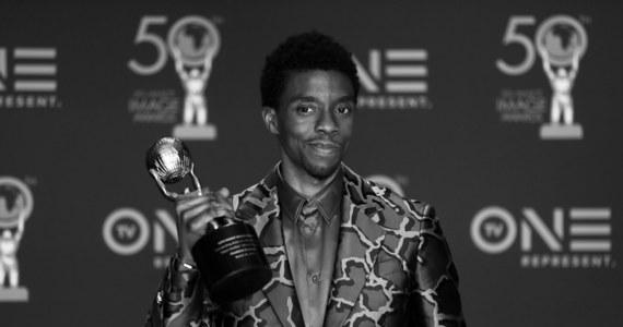 W wieku 43 lat zmarł w Los Angeles aktor filmowy i telewizyjny Chadwick Boseman, znany z roli Czarnej Pantery w serii filmów wytwórni Marvel Studios, poinformowała jego agentka Nicki Fioravante. Przyczyną zgonu była choroba nowotworowa.