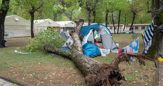 Dwie siostry w wieku 3 i 14 lat zginęły na kempingu w Toskanii we Włoszech. Na namiot, w którym spały runęło drzewo, przewrócone przez silny wiatr. Prokuratorzy prowadzą śledztwo w sprawie tragedii.