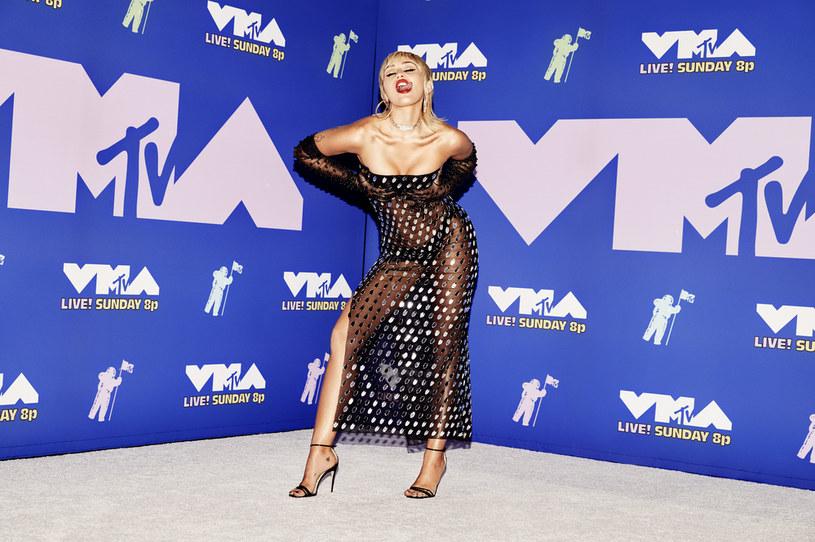 """Miley Cyrus była jedną z gwiazd, której występ mogli zobaczyć widzowie podczas gali MTV VMA 2020. Wokalistka przypomniała swój słynny teledysk """"Wrecking Ball""""."""