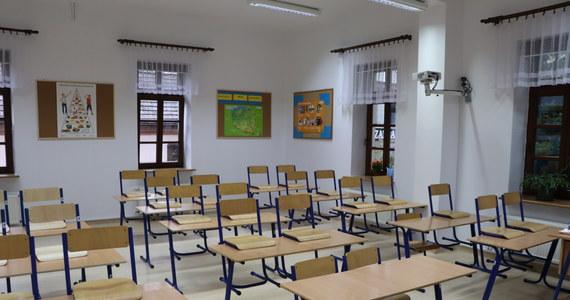 Pierwszy dzień szkoły w żółtej strefie: Zakaz wstępu dla rodziców, maseczki ochronne dla dzieci - RMF 24