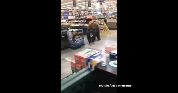 Do zaskakującej sytuacji doszło w jednym ze sklepów w miejscowości Kings Beach w USA. Drugi raz w ciągu zaledwie dwóch tygodni w supermarkecie pojawił się… niedźwiedź.