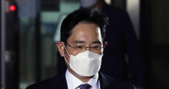 Prokuratorzy w Korei Południowej oskarżyli we wtorek spadkobiercę Grupy Samsung Li Dze Jonga, znanego na Zachodzie jako Jay Y. Lee. o manipulowanie cenami akcji, defraudacje i oszustwa księgowe w celu zapewnienia sobie pełnej kontroli nad grupą.