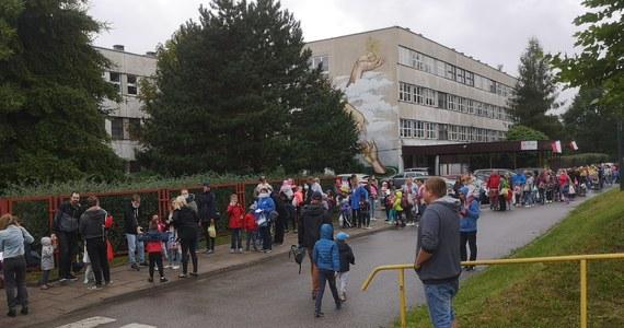 1 września w całej Polsce uczniowie ruszyli do szkół, a młodsze dzieci do przedszkoli. Zgodnie z reżimem sanitarnym dzieci wpuszczane są pojedynczo. Przed placówkami w niektórych miejscach utworzyły się gigantyczne, nawet 2-godzinne kolejki.