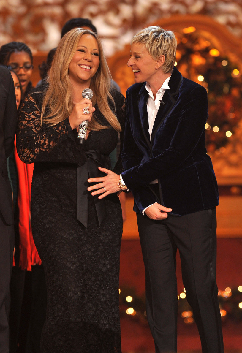 Ellen DeGeneres, słynna amerykańska prezenterka telewizyjna, znów znalazła się w ogniu krytyki. Do oskarżeń o to, że na planie jej show dyskryminowano czarnoskórych pracowników, szykanowano tych, którzy brali zwolnienia lekarskie i przypadków molestowania seksualnego doszły teraz zarzuty sformułowane przez Mariah Carey. Artystka w najnowszym wywiadzie powiedziała, że przed laty DeGeneres zmusiła ją do tego, by przyznała w trakcie show, że jest w ciąży. Wkrótce po tym wydarzeniu gwiazda poroniła.