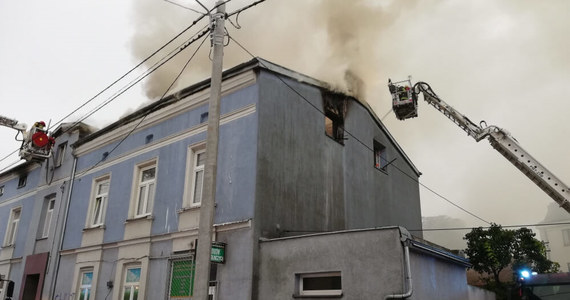 17 zastępów straży pożarnej gasiło pożar przy ul. Poznańskiej w Łęczycy w województwie łódzkim. Nad ranem zapaliła się tam dwukondygnacyjna kamienica z użytkowym poddaszem. 1 osoba zginęła, 5 zostało poszkodowanych.