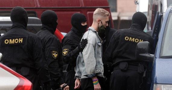 Eksperci ONZ mają udokumentowane 450 przypadków tortur i złego traktowania osób zatrzymanych podczas protestów na Białorusi. Komisarz ma informacje, że służby dopuszczały się także przemocy wobec kobiet i dzieci, a jedna z osób została zgwałcona.