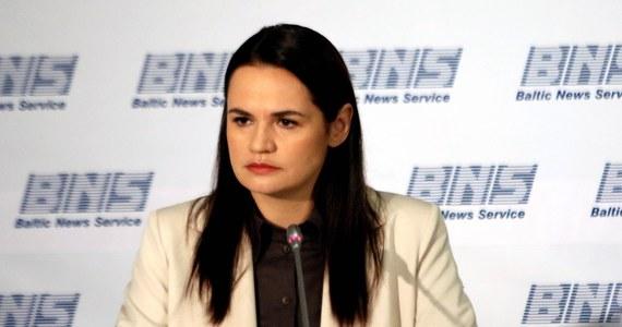 """Jestem gotowa być """"prezydentem przejściowym"""" do momentu zorganizowania nowych wyborów, ale nie będę w tych wyborach startować - poinformowała kandydatka w minionych wyborach prezydenckich na Białorusi Swiatłana Cichanouska we wtorek w rozmowie z TVN."""
