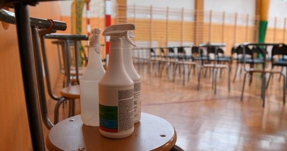 U co najmniej czterech nauczycieli z czterech różnych szkół zdiagnozowano zakażenie koronawirusem na rozpoczęcie roku szkolnego. Chodzi o pedagogów z Kujawsko-Pomorskiego oraz Pomorskiego.